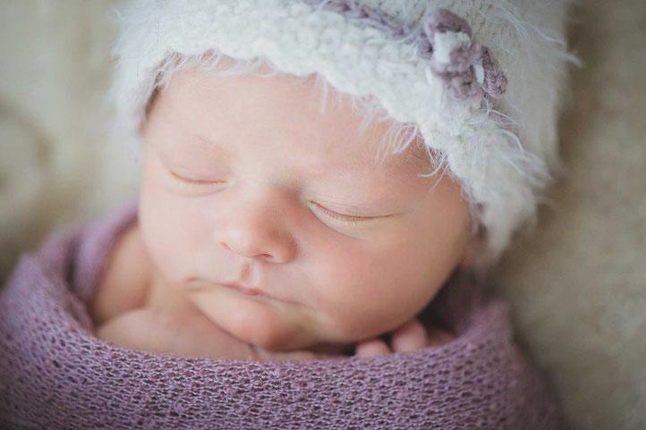 Babyfotos beim Fotoshooting kurz nach der Geburt mit neugeborenem Baby aus Frankfurt und Mainz