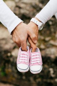 Babybauchfotos beim Fotoshooting mit Partner aus Frankfurt und Mainz