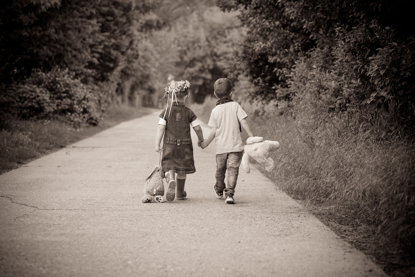 natürliche Kinderfotos in der Natur, Kinderfotoshooting in der Natur, Kinderbilder draussen, Kinderfotoshooting, Familienfotos, Familienfotoshooting in Mainz und Umgebung, Geschisterbilder voller Liebe, Mama und Tochter Fotoshooting