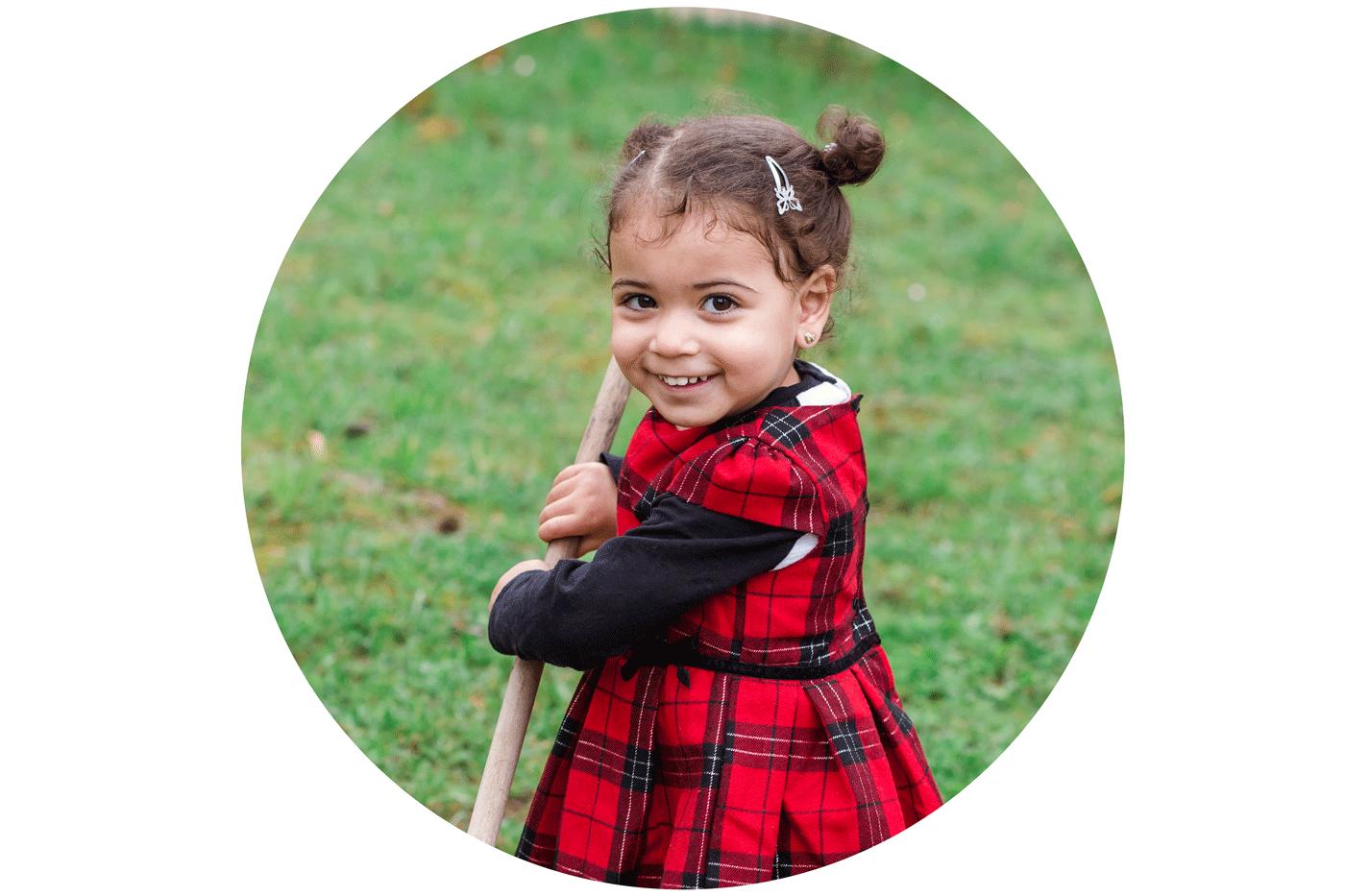 Natürliche Kindergartenfotografie im Kindergarten, Schulfotografie in der Natur, natürliche Schulfotos, Einschulungsfotos mal anders, lebendige Kinderfotos im Kindergarten oder Schule von Fotografin Eva Wegerle in Mainz für Frankfurt und Umgebung