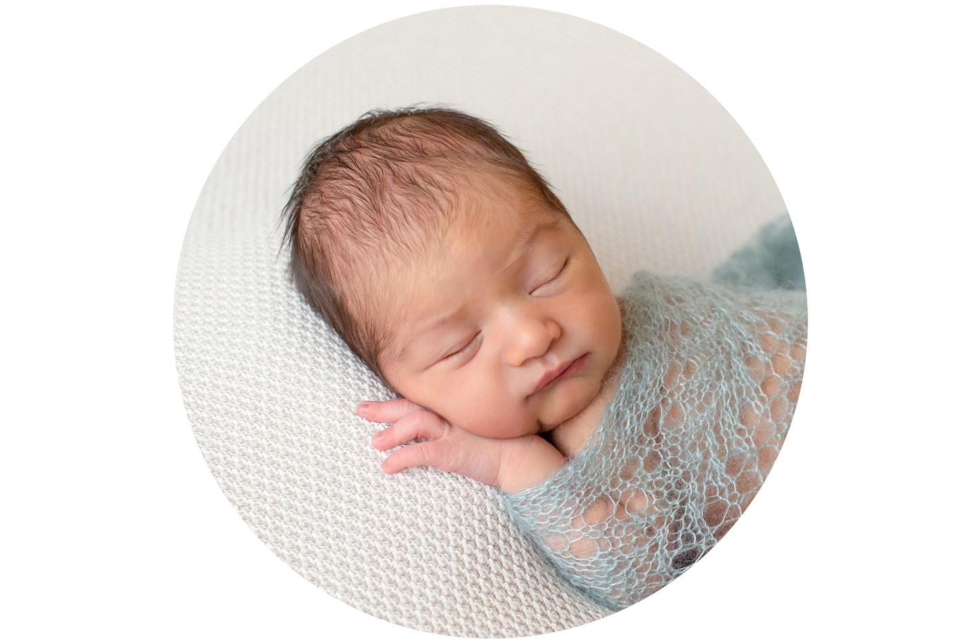 Babyfotos beim Fotoshooting mit neugeborenem Baby aus Frankfurt und Mainz